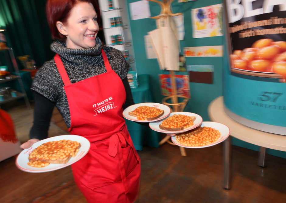 "Cold and hungry city workers are welcomed into the warmth of the UK's first ""IT HAS TO BE HEINZ' Café,serving Heinz Beanz on toast, which opens today near Liverpool Street,London .11/1/10.Pr Contact : Gloria Trapezaris - 0207 234 9150.heinz@cowpr.com.Picture © Gareth Davies.07774899744"